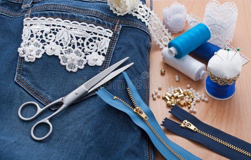 Decorazione il pizzo e delle perle dei jeans fotografia stock