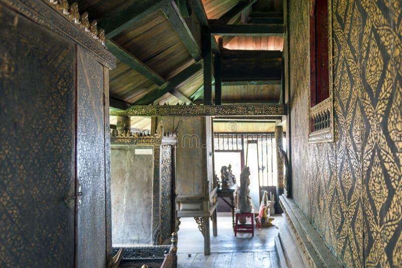 Decorazione interna con lacca nera dorata sulle pareti e sui gabinetti di scripture negli scriptures buddisti biblioteca, Yasotho immagine stock libera da diritti