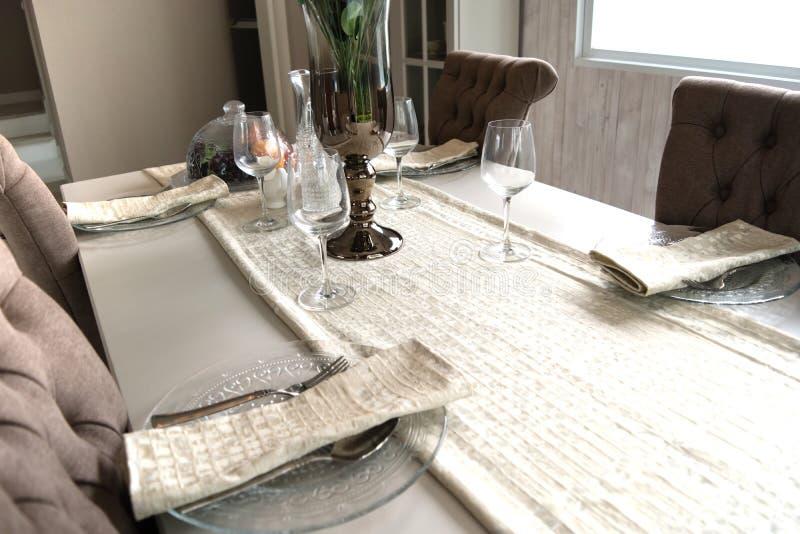 Decorazione interna del tavolo da pranzo vuoto nella stanza dinning immagini stock libere da diritti