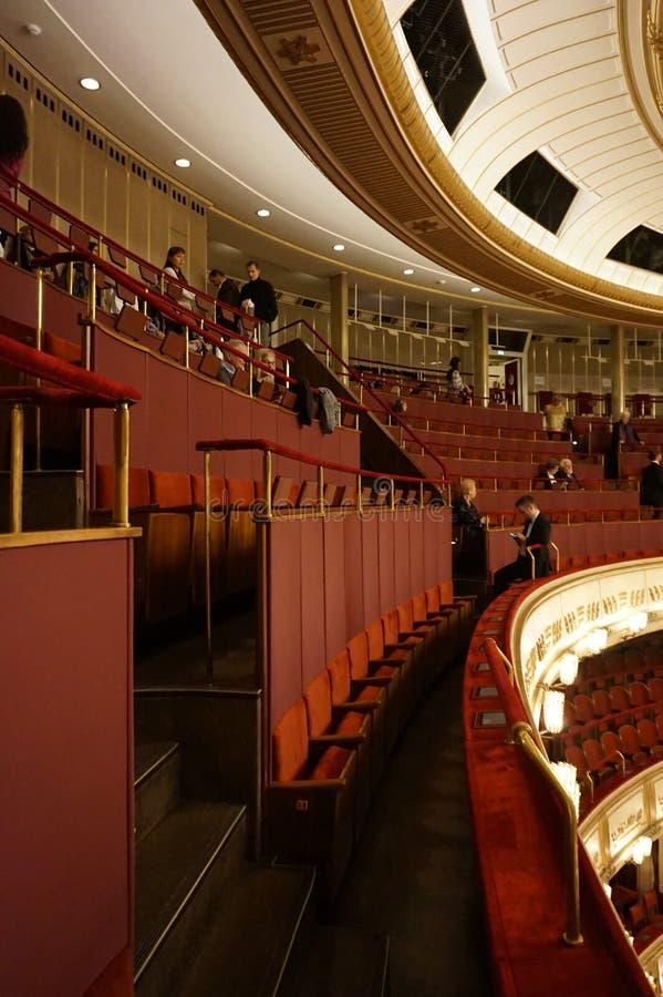 Decorazione interna della sala da concerto della salciccia Staatsoper di opera dello stato di Vienna immagini stock libere da diritti