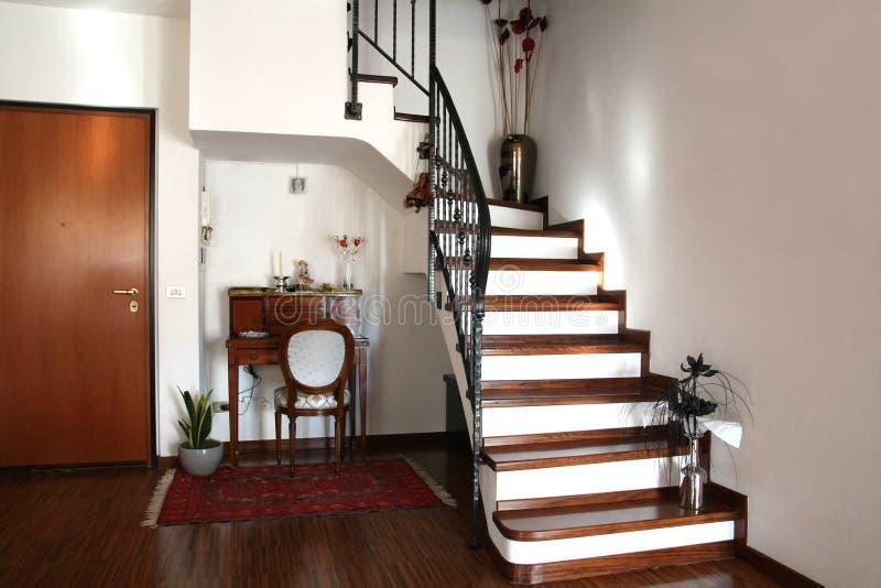 Decorazione interna di una stanza con le scale e lo scrittorio fotografia stock