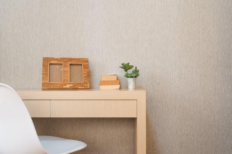Decorazione interna domestica, mazzo dei lillà in un vaso, cornice a fotografia stock libera da diritti