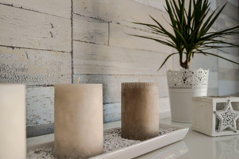 Decorazione interna sabbiosa con le candele e la pianta immagini stock
