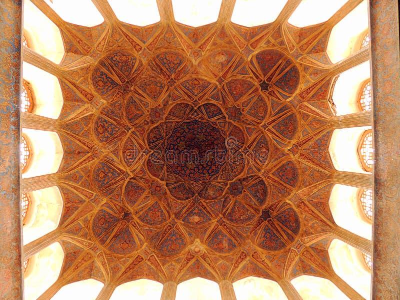 Decorazione islamica del soffitto di capolavoro di architettura nella biologia di somiglianza dell'Iran immagine stock