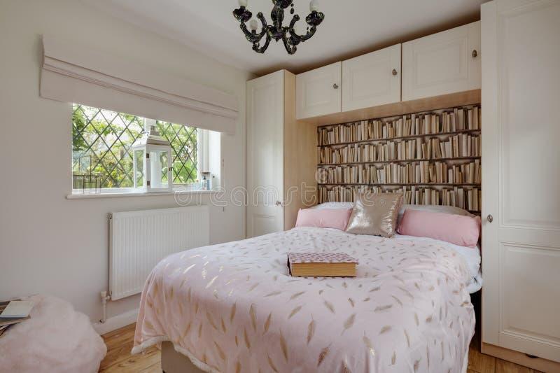 Decorazione moderna della camera da letto con la casa tradizionale fotografie stock libere da diritti