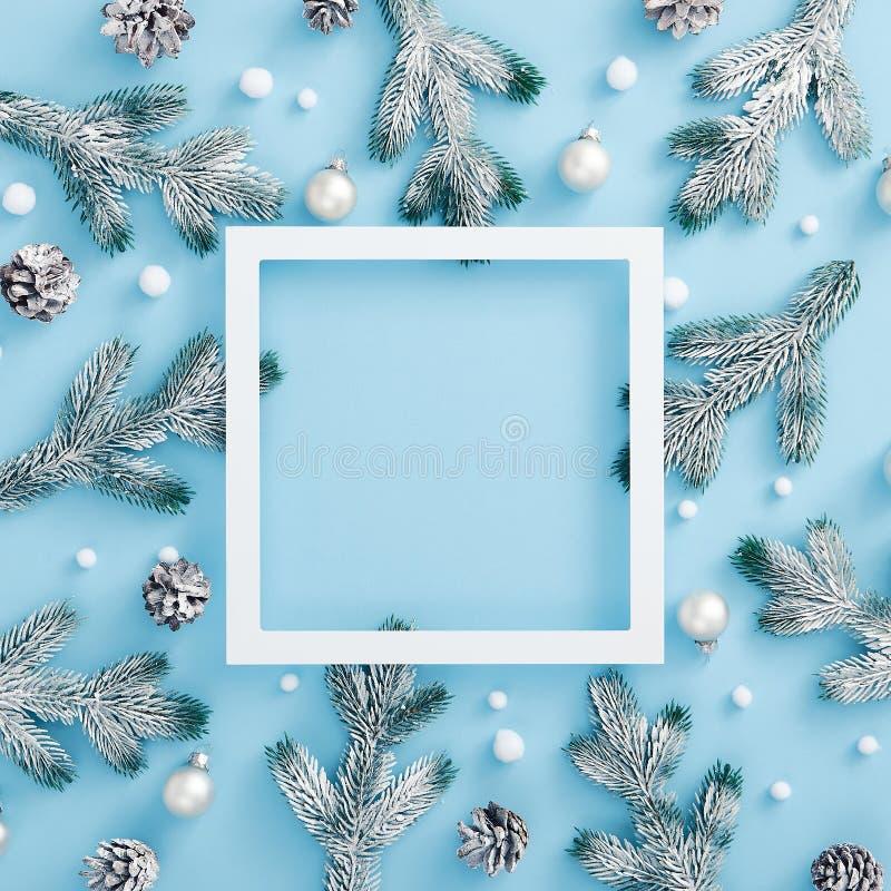 decorazione natalizia su sfondo blu pastello Pino e cono, bauble e snoball astratto immagine stock libera da diritti