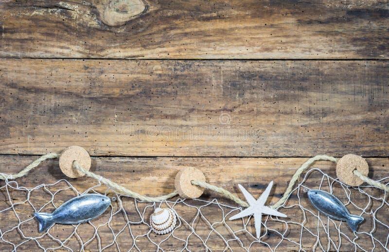 Decorazione nautica marittima con rete da pesca su legno marrone immagini stock