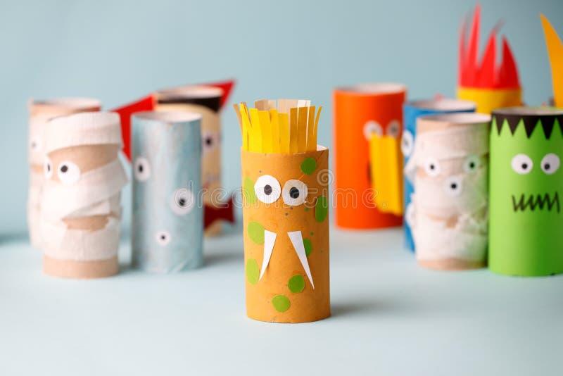 Decorazione per il partito della casa di Halloween - mostri fatti con il rotolo della carta igienica Mostri dell'artigianato, con immagini stock