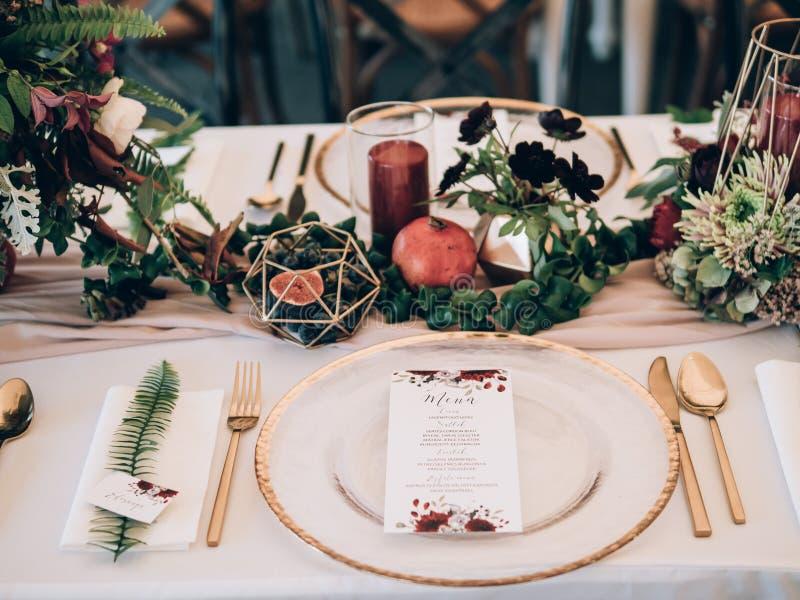 Decorazione perfetta di nozze Decorazioni della tavola del fiore per nozze fotografie stock libere da diritti