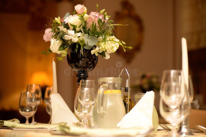 Decorazione piacevole della tavola di nozze fotografia stock