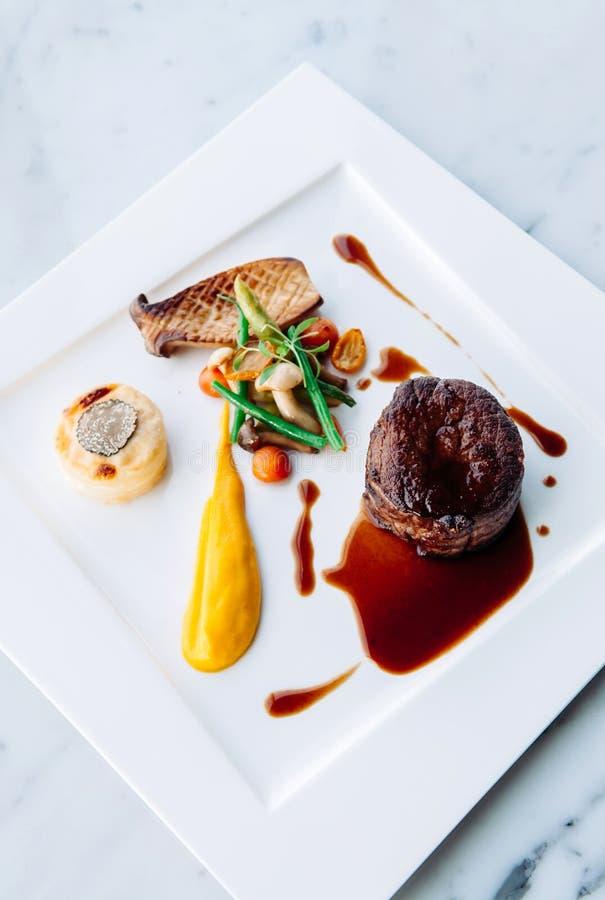 Decorazione pranzante fine piacevole del piatto di stile della bistecca del mignon di raccordo fotografie stock libere da diritti