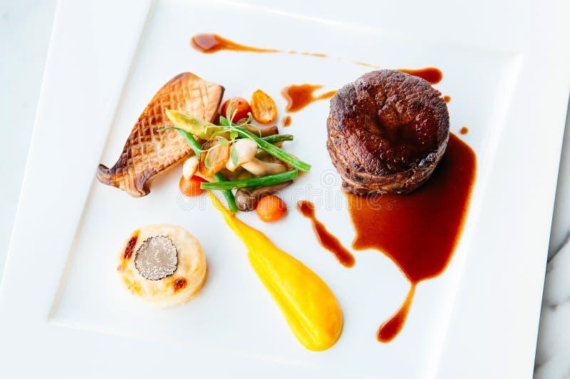 Decorazione pranzante fine piacevole del piatto di stile della bistecca del mignon di raccordo fotografia stock