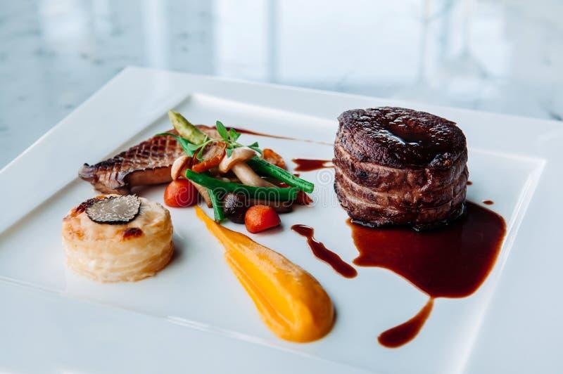 Decorazione pranzante fine piacevole del piatto di stile della bistecca del mignon di raccordo fotografie stock