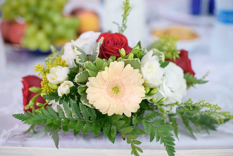 Decorazione romantica di nozze per la sposa e lo sposo o le tavole di cena degli ospiti alla sede o al ristorante di ricezione fotografie stock