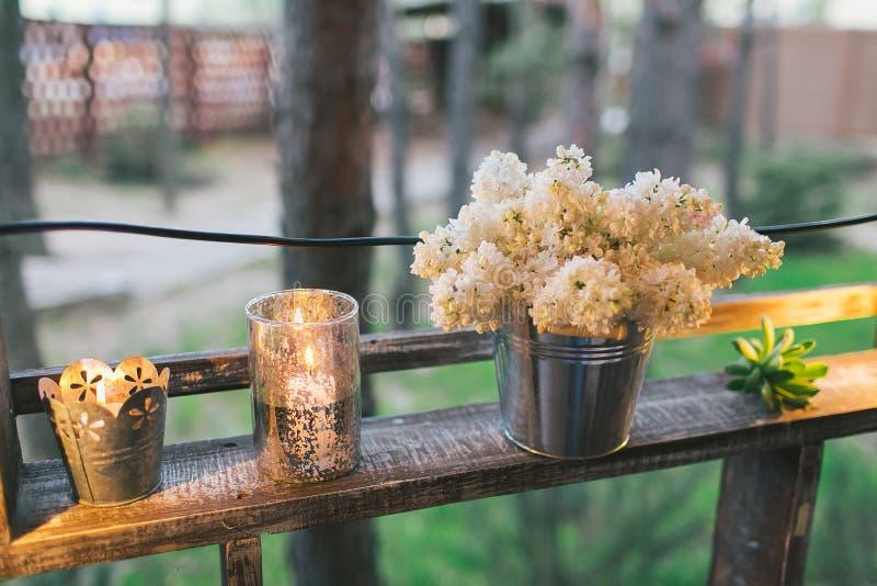Decorazione rustica di nozze, supporto illuminato dello scaffale con il lillà e suc fotografia stock