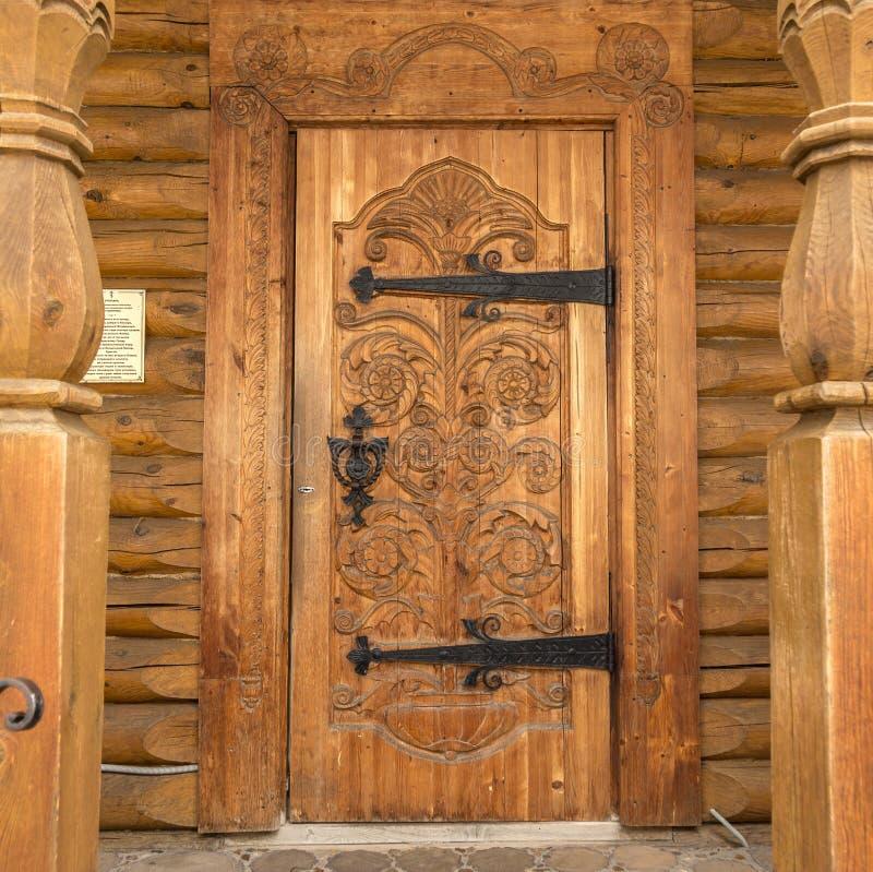 Decorazione scolpita legno della porta di legno fotografie stock
