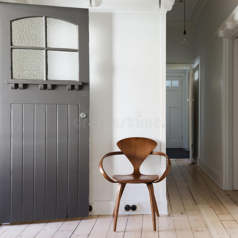 Decorazione semplice della sedia di legno classica nel quadrato dell'entrata dell'appartamento fotografia stock libera da diritti
