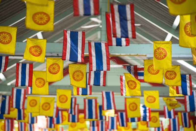 Decorazione tailandese della bandiera di dharmachakra e della bandiera nazionale fotografie stock