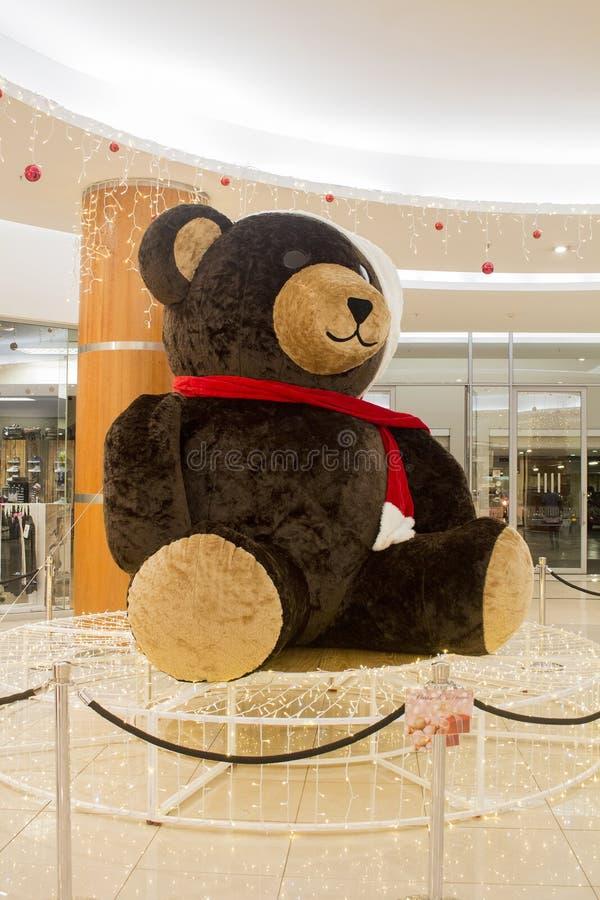Decorazione Teddy Bear nel centro commerciale Notte di Natale immagini stock libere da diritti