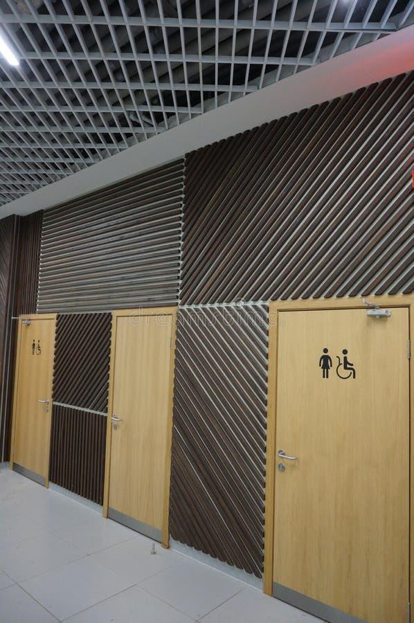 Decorazione in un centro commerciale, porte della parete della toilette fotografia stock libera da diritti