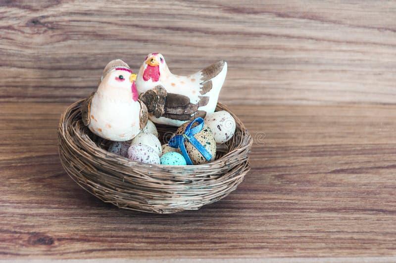 Decorazione - uova di colore di Pasqua con il pollo fotografia stock libera da diritti