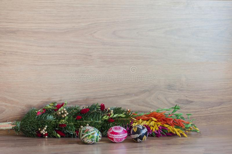 Decorazione - uova di colore di Pasqua con la palma immagini stock libere da diritti