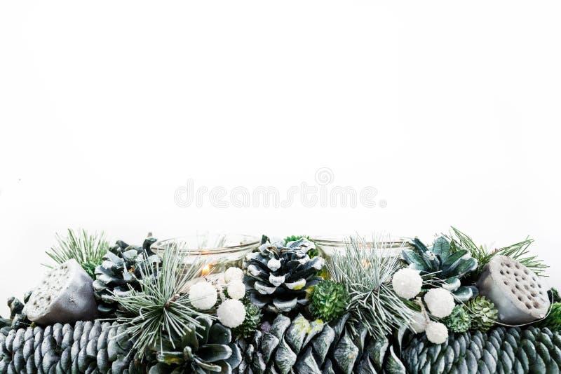 Decorazione verde di Natale con l'immagine di sfondo delle candele isolata su fondo bianco immagine stock