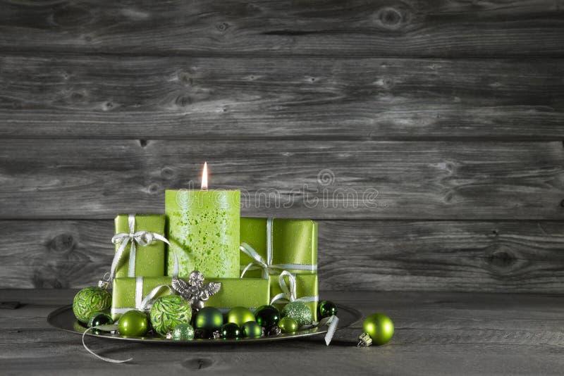 Decorazione verde di natale con la candela ed i presente sul gr di legno fotografia stock libera da diritti