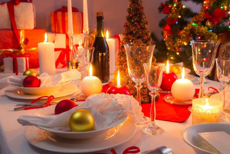Decorazioni bianche e rosse sulla tavola di natale immagine stock immagine di piastra - Decorazioni bianche ...