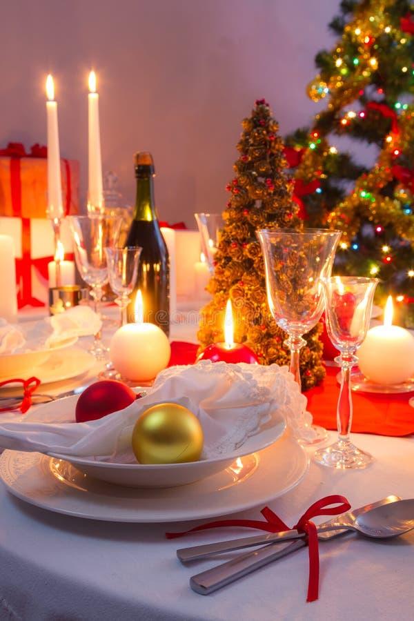 Decorazioni bianche e rosse sulla tavola di natale immagine stock immagine di natale pranzare - Decorazioni bianche ...