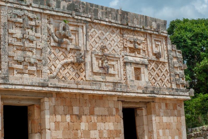 Decorazioni che simbolizzano gli uomini ed i serpenti, dell'area maya di Ek Balam immagini stock libere da diritti
