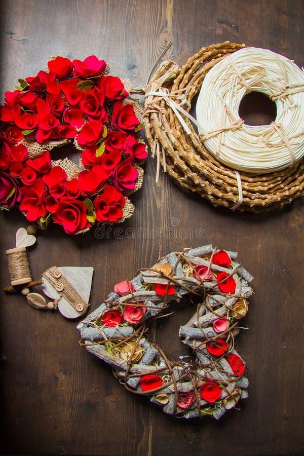 Decorazioni con i nidi per deporre le uova e le corone fotografia stock
