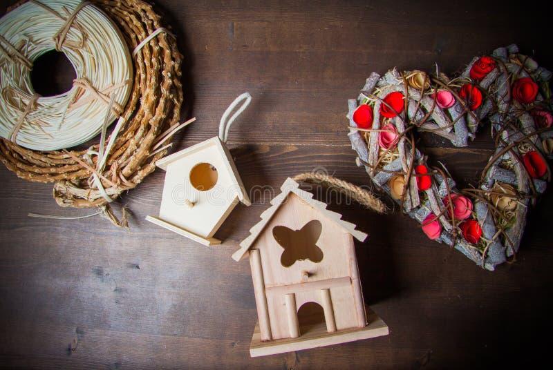 Decorazioni con i nidi per deporre le uova e le corone fotografia stock libera da diritti