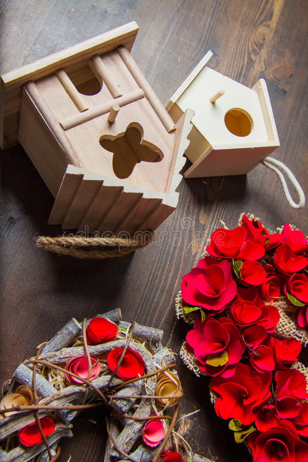 Decorazioni con i nidi per deporre le uova e le corone fotografie stock libere da diritti