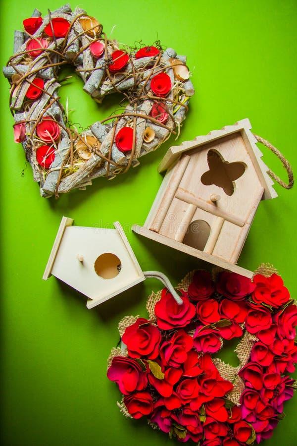 Decorazioni con i nidi per deporre le uova e le corone immagine stock libera da diritti