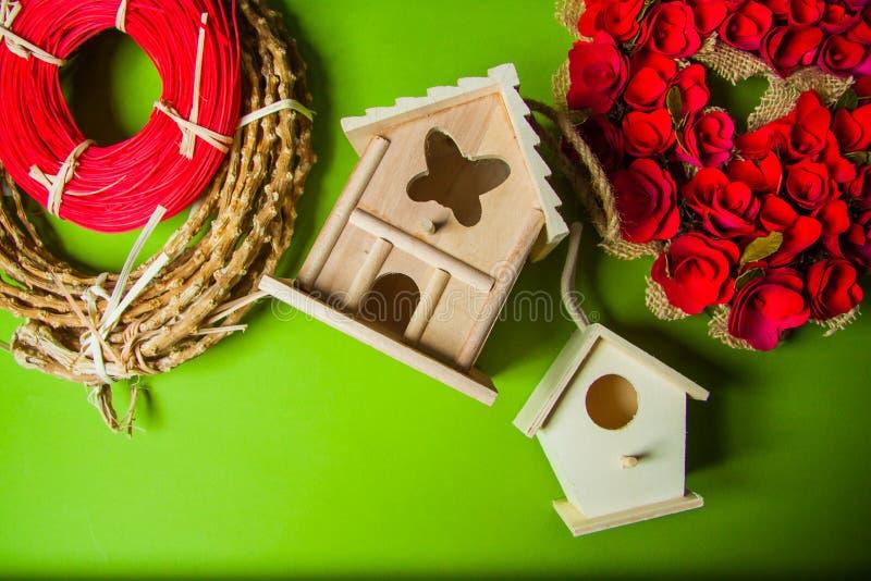 Decorazioni con i nidi per deporre le uova e le corone immagini stock libere da diritti