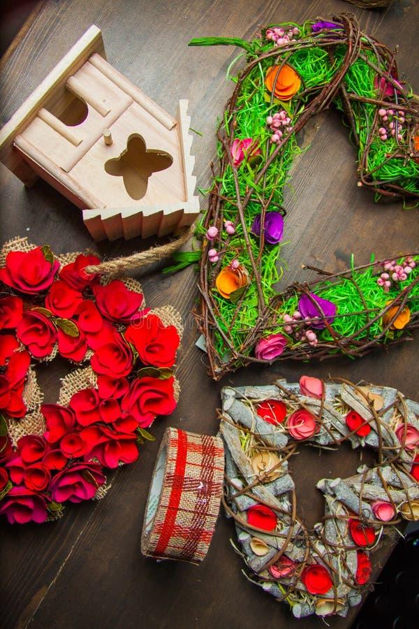 Decorazioni con i nidi per deporre le uova e le corone immagine stock