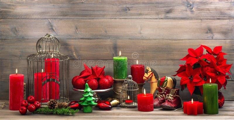 Decorazioni d'annata di natale con la stella di Natale rossa del fiore immagini stock libere da diritti