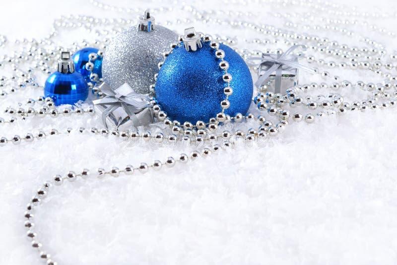 Decorazioni d'argento e blu di Natale fotografie stock