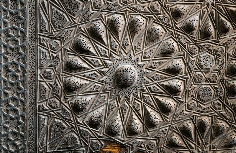 Decorazioni d'ottone geometriche di una porta storica antica, Il Cairo immagini stock libere da diritti
