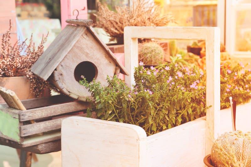 Decorazioni del giardino con la casa dell'uccello e le piccole piante Colore di stagione primaverile fotografia stock libera da diritti