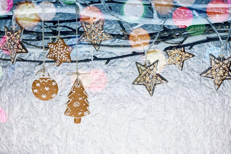 Decorazioni del nuovo anno con i biscotti del pan di zenzero e le luci di festa fotografia stock libera da diritti