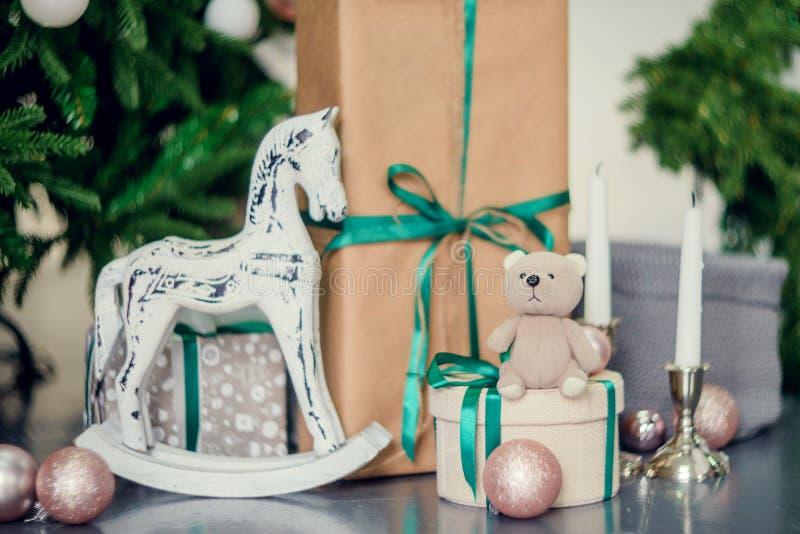 Decorazioni del nuovo anno nei colori blu e beige Giochi l'orso, le lanterne bianche decorative ed i contenitori di regalo sotto  fotografie stock libere da diritti