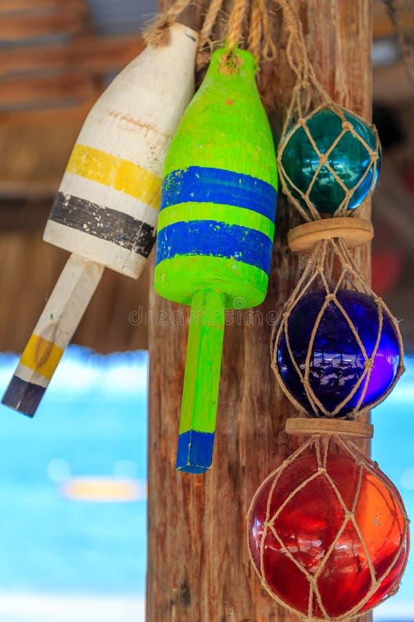 Decorazioni del ristorante della spiaggia, boe e globi di vetro immagini stock libere da diritti