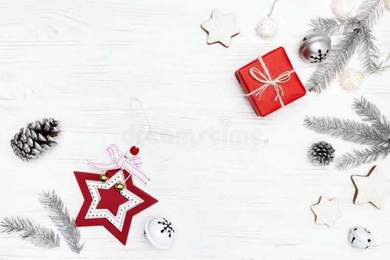 Decorazioni dell'albero di Natale, biscotti del pan di zenzero e contenitore di regalo rosso fotografia stock libera da diritti