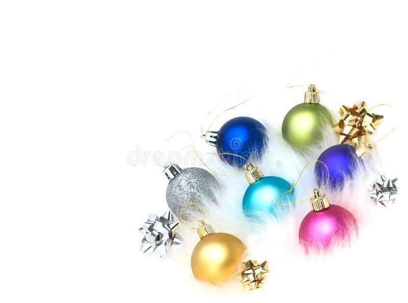 Decorazioni dell'albero di Natale su pelliccia isolata fotografia stock libera da diritti