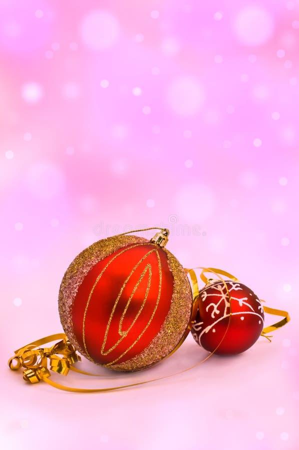 Decorazioni dell'albero di Natale sulla parte posteriore astratta di porpora fotografia stock