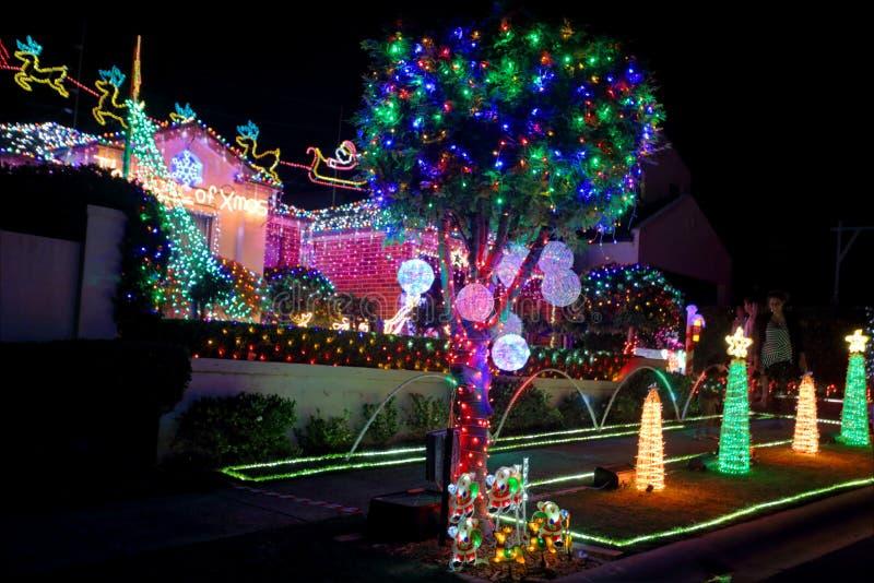 Decorazioni delle luci di Natale sulla casa suburbana per carità fotografia stock libera da diritti