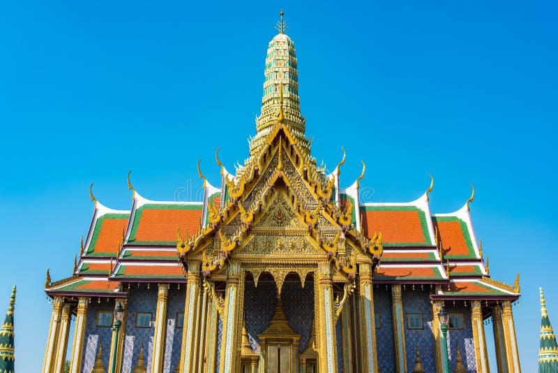 Decorazioni di abbagliamento del tetto e stupa di grande palazzo, Bangkok fotografie stock libere da diritti