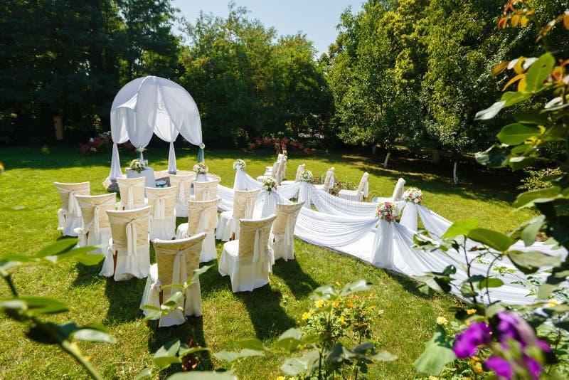 Decorazioni di cerimonia di nozze nel giardino fotografie stock libere da diritti